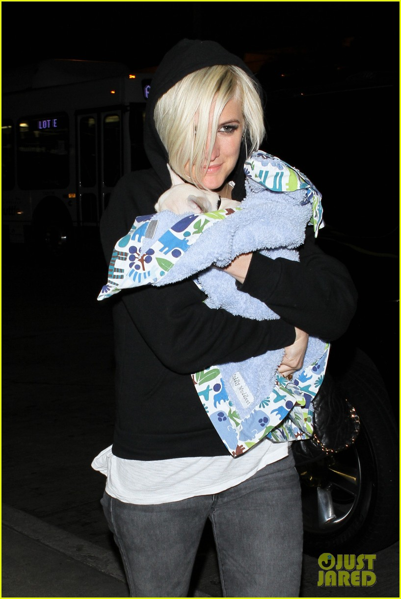 ashlee simpson vincent piazza dog walk 10