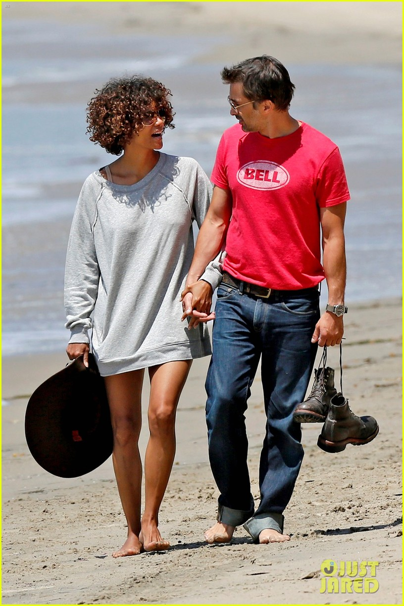 halle berry olivier martinez beachy walk 02