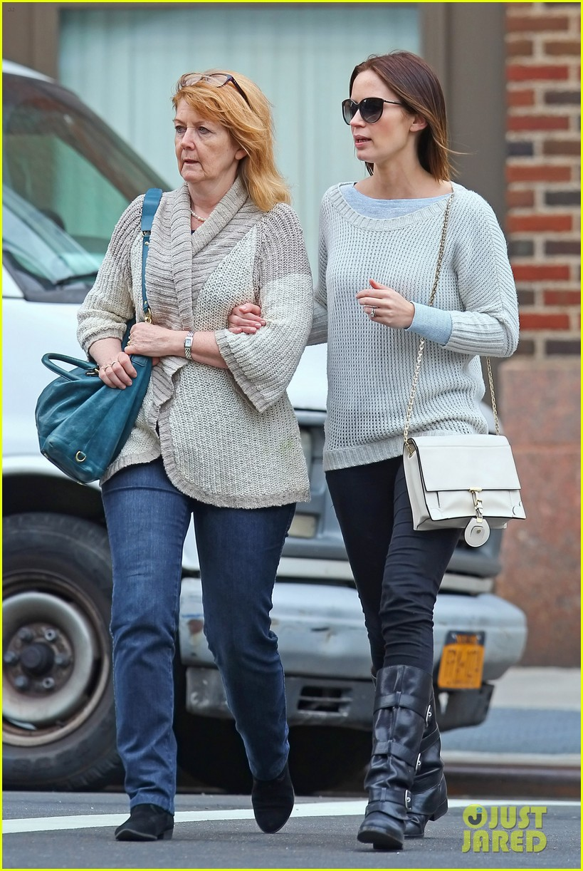 emily blunt walk with mom 04