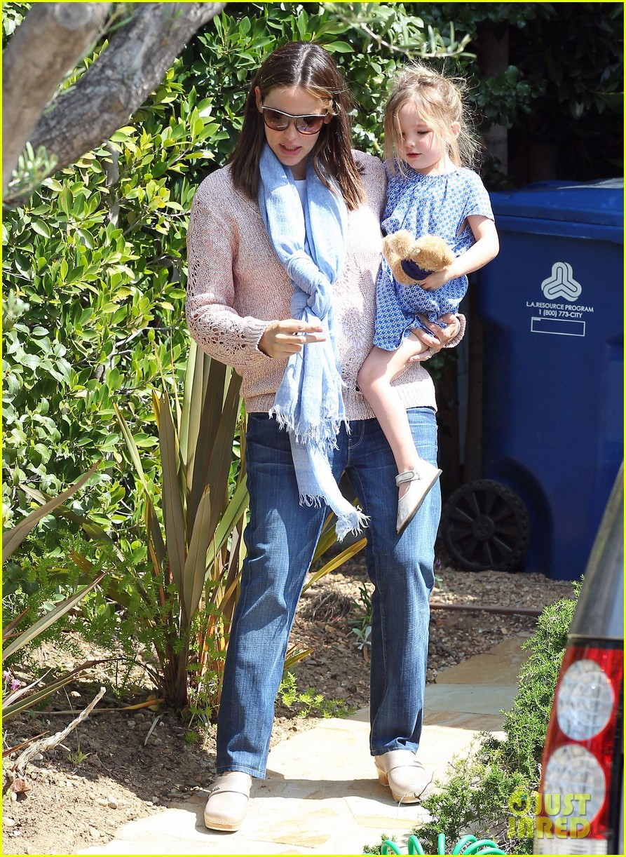 garner affleck saturday errands 01