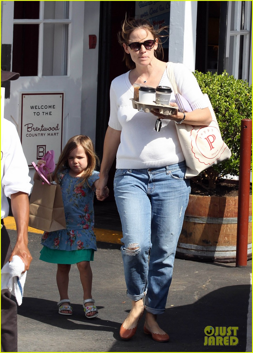 jennifer garner piggyback ride for seraphina 172666560