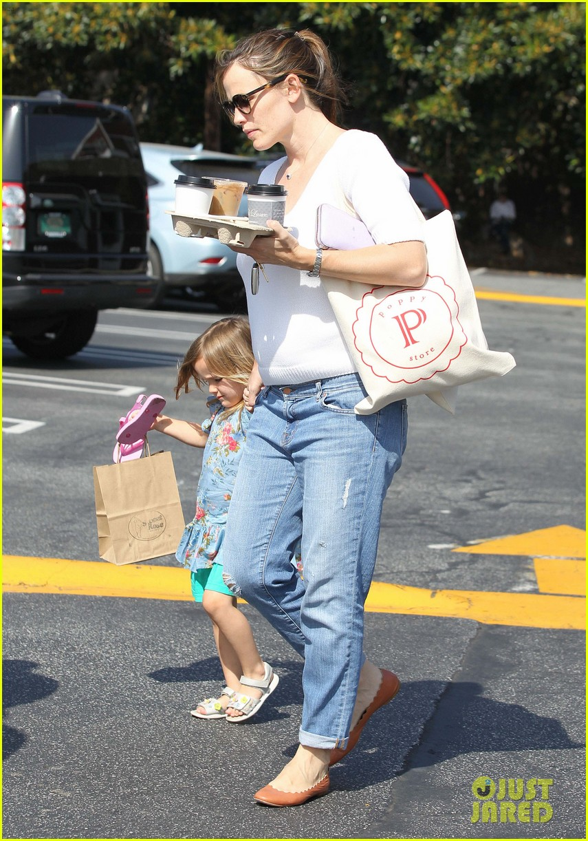 jennifer garner piggyback ride for seraphina 20