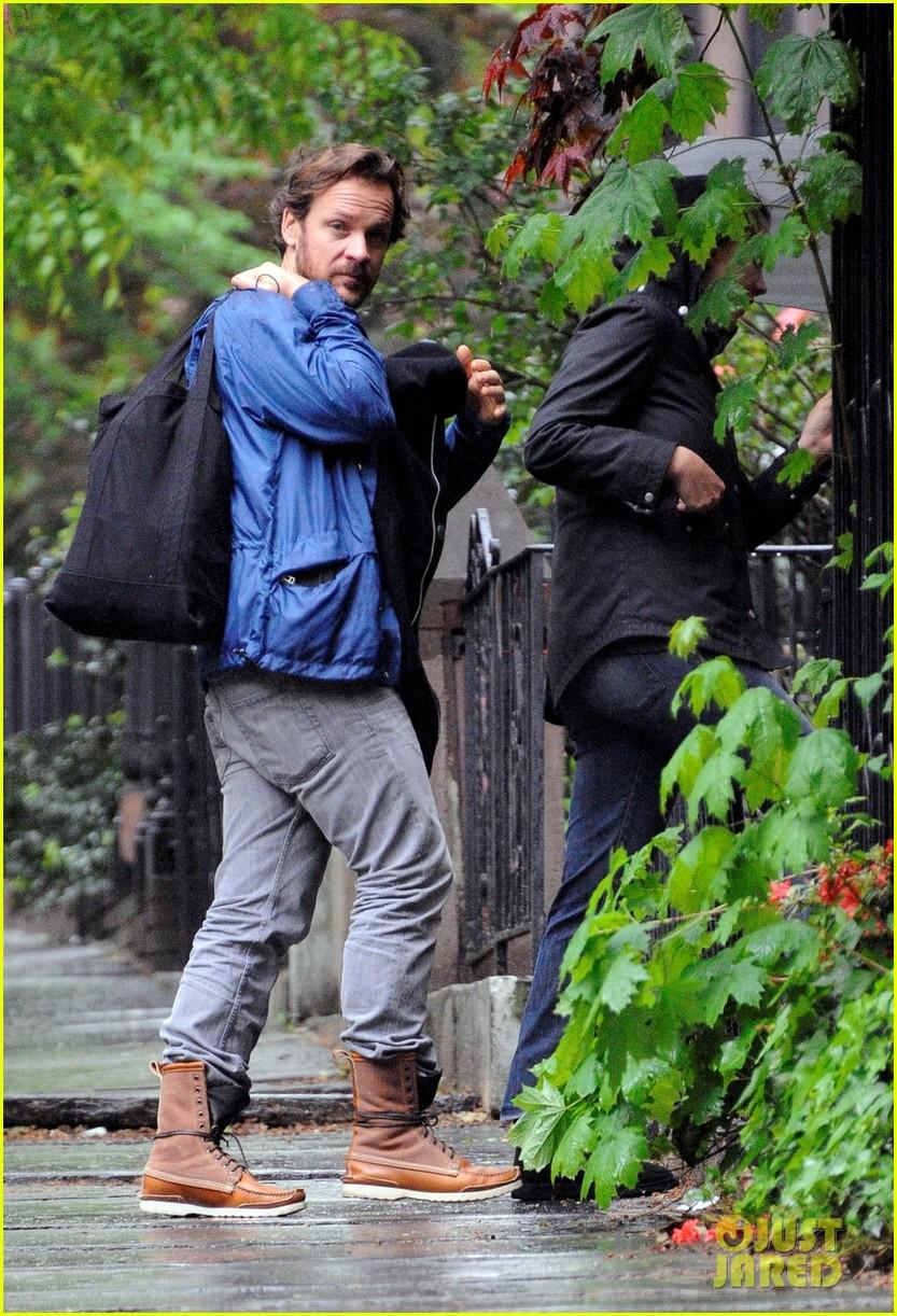 maggie gyllenhaal peter sarsgaard gloria rainy stroll 042656808