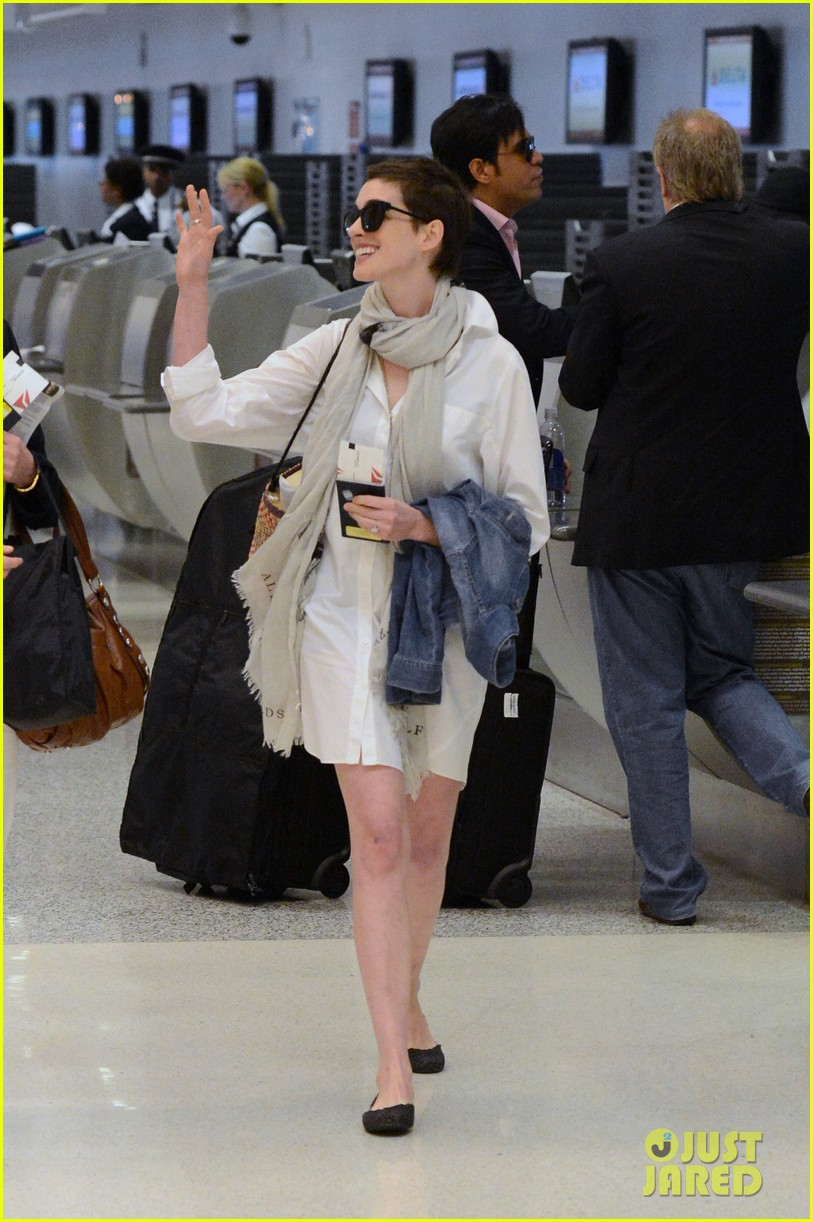 anne hathaway miami airport exit 022661378