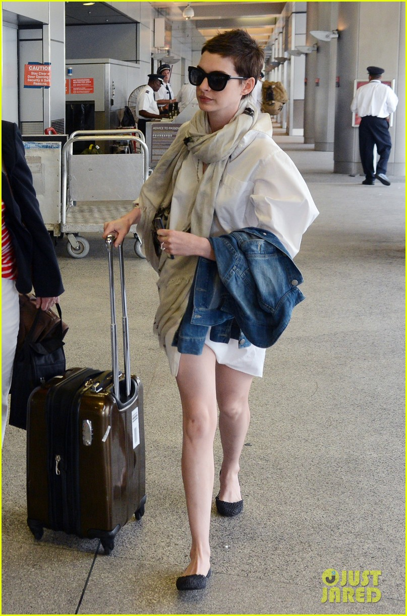 anne hathaway miami airport exit 102661386