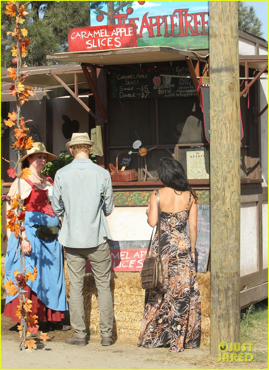 vanessa hudgens austin butler renaissance faire lovers 15