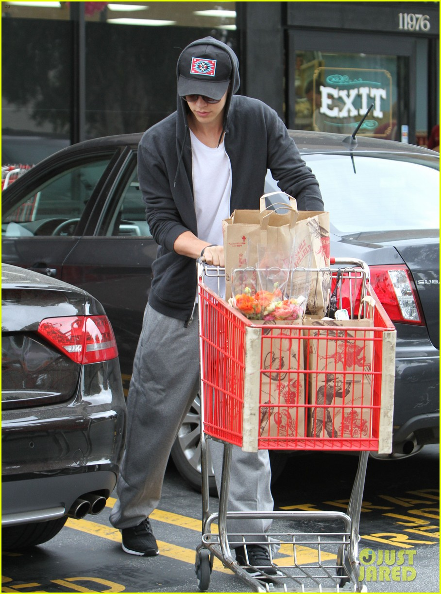 vanessa hudgens austin butler trader joes 03