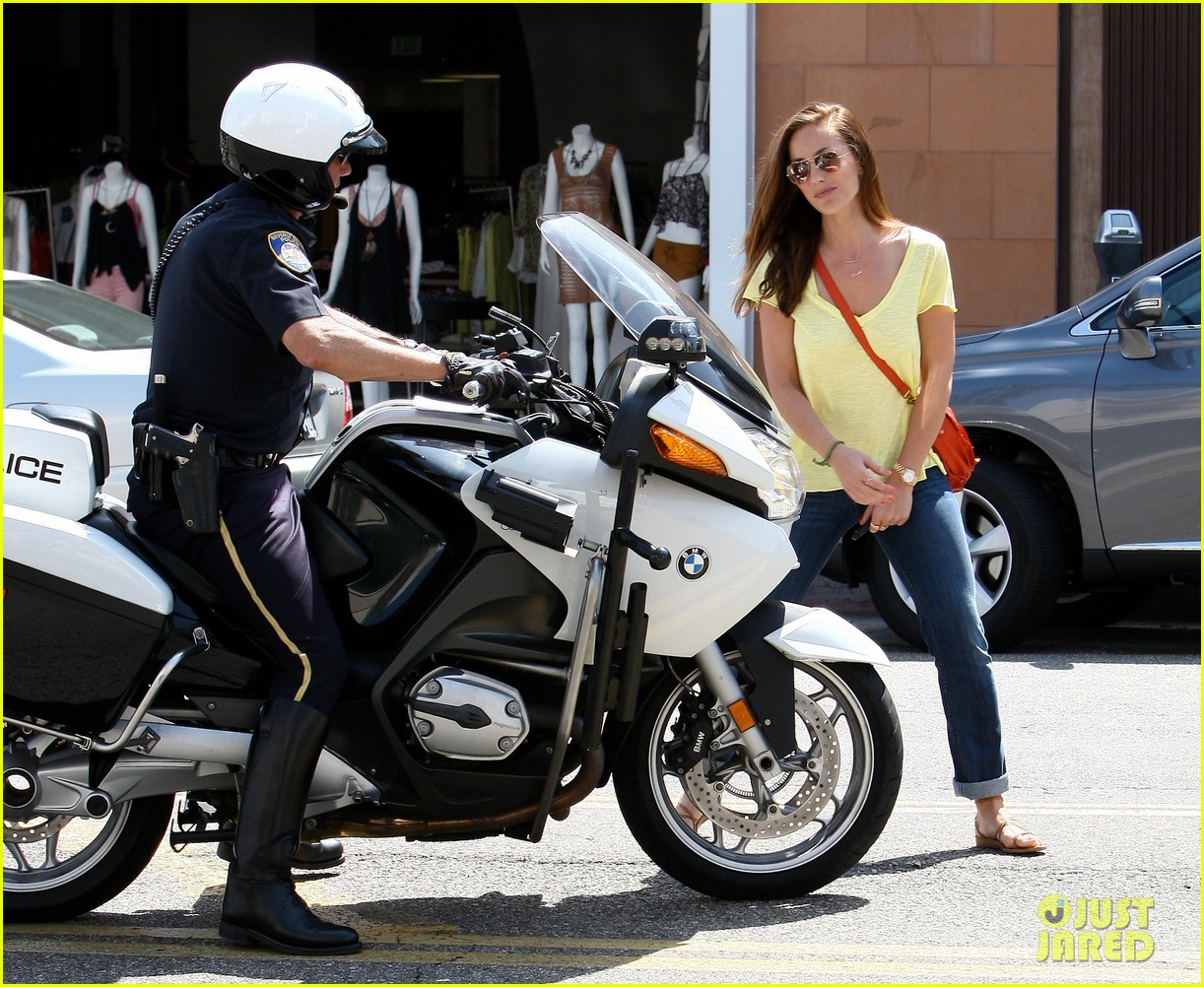 minka kelly police officer errands 03