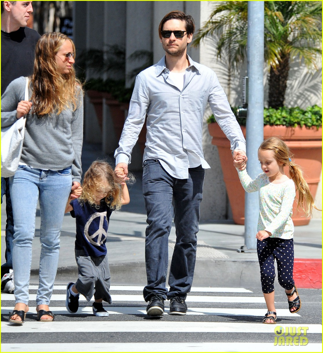 tobey maguire family stroll 032655876