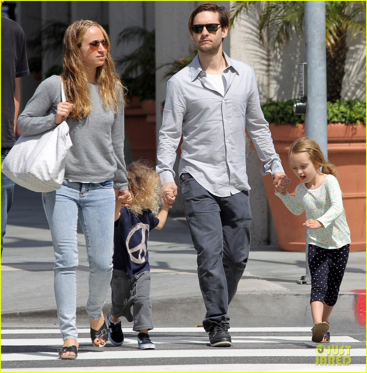 tobey maguire family stroll 05
