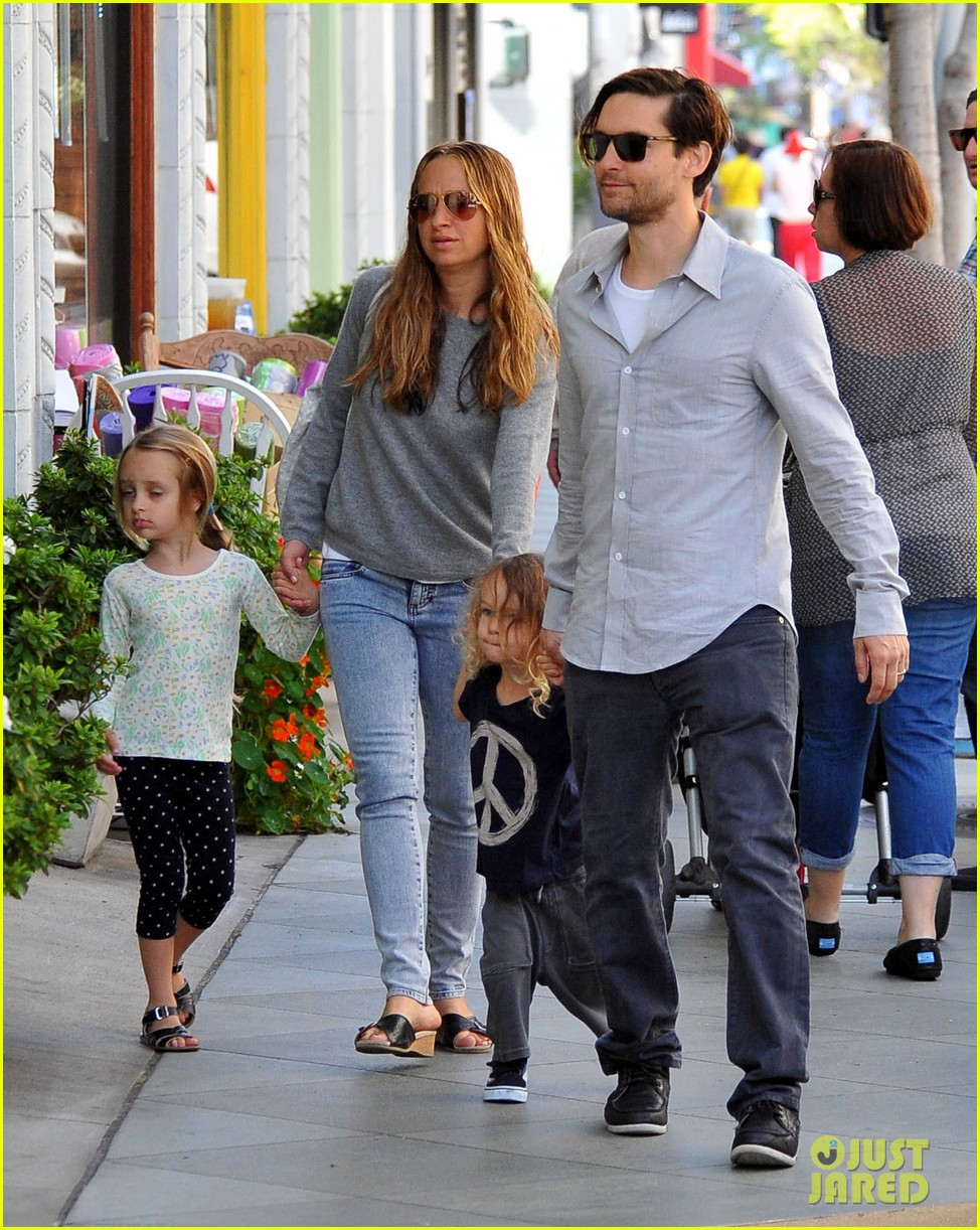 tobey maguire family stroll 092655882
