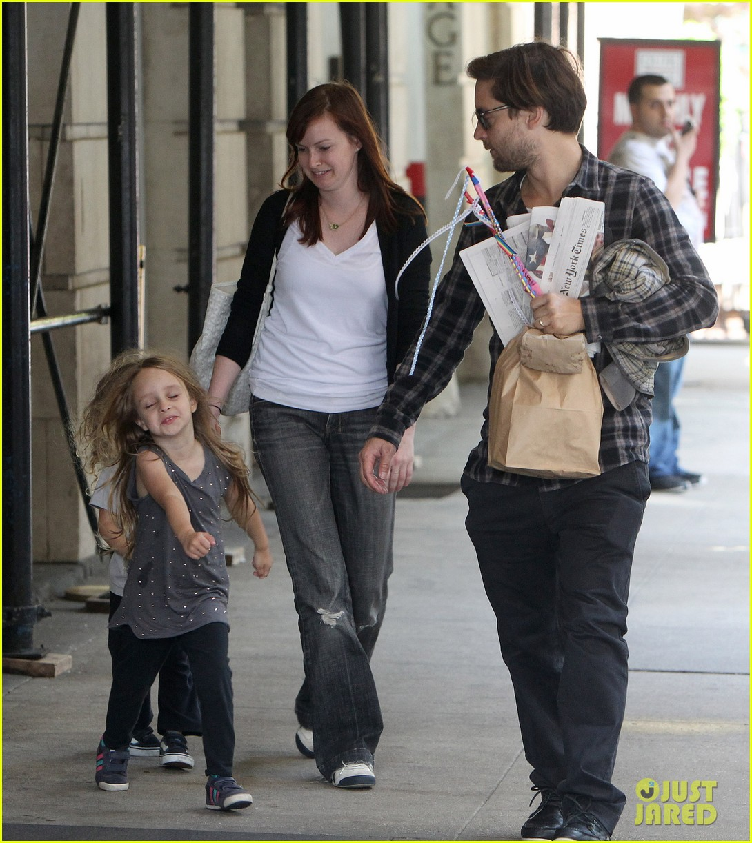 Displaying 19> Images For - Tobey Maguire With Ruby Maguire 2012... тоби магуайр