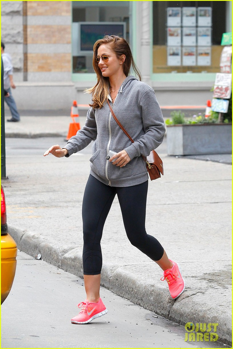 minka kelly subway 01
