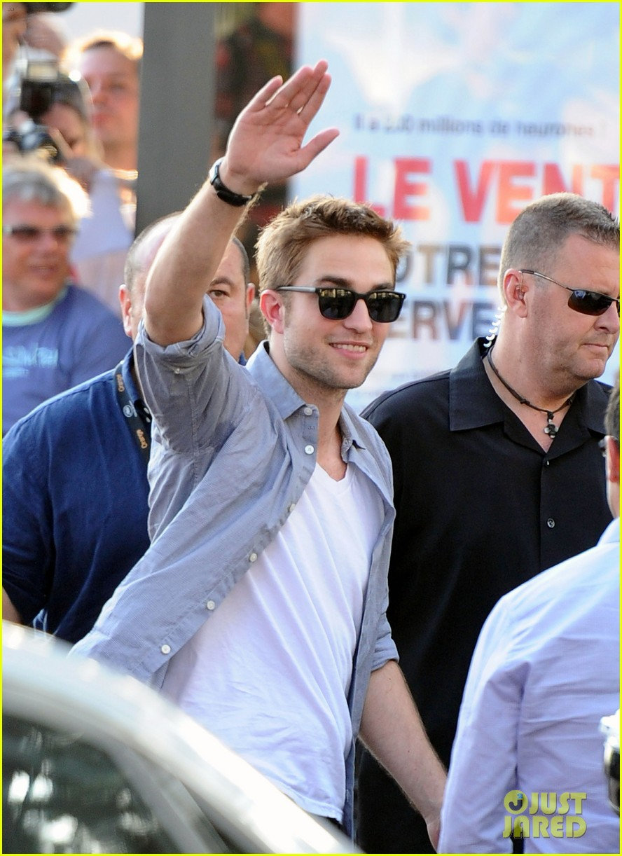 robert pattinson meets fans at le grand journal 03
