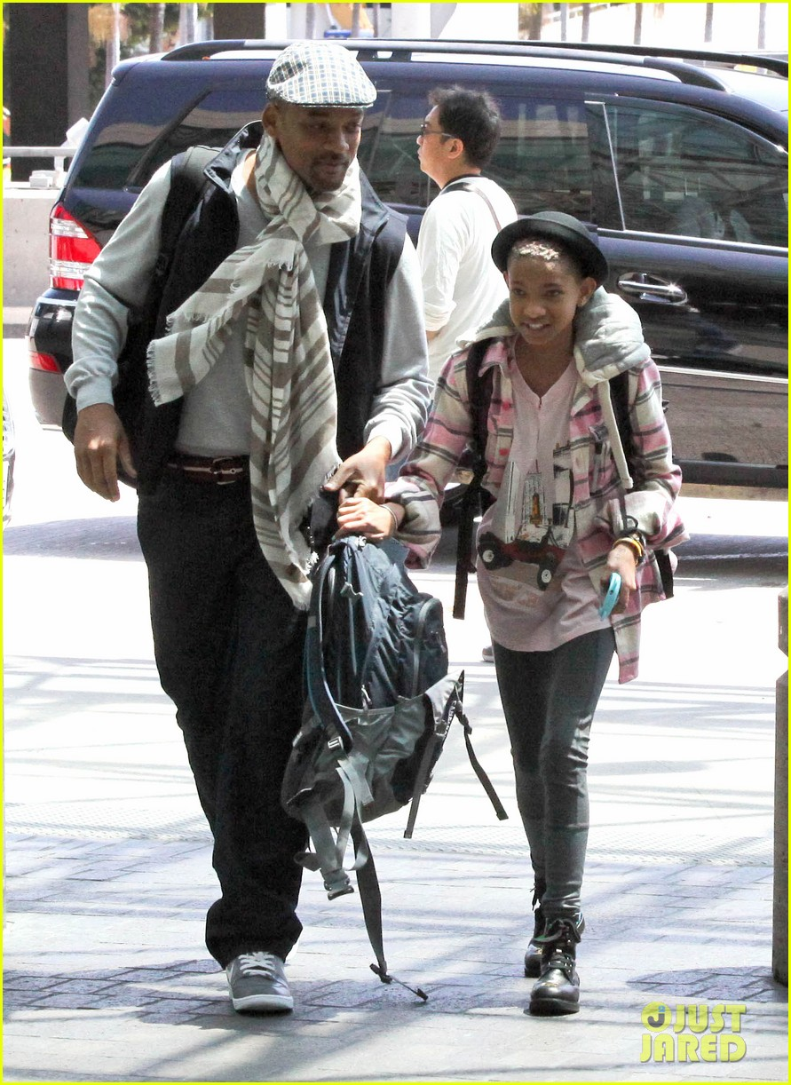 willow smith catches flight at lax with mom dad 14