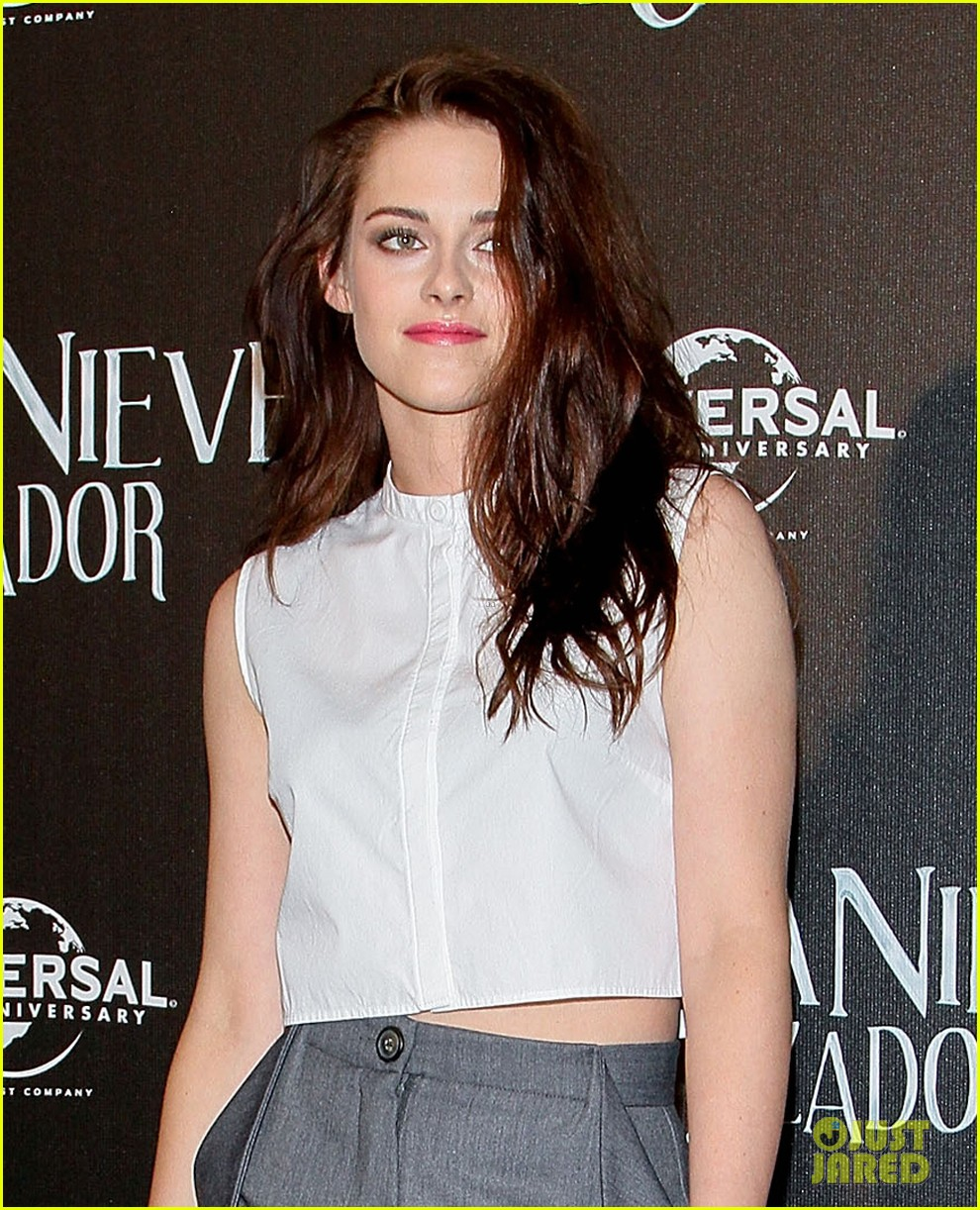 kristen stewart snow white photo call in mexico city 07