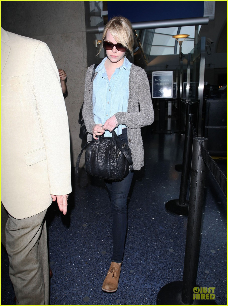 emma stone arrives lax 01