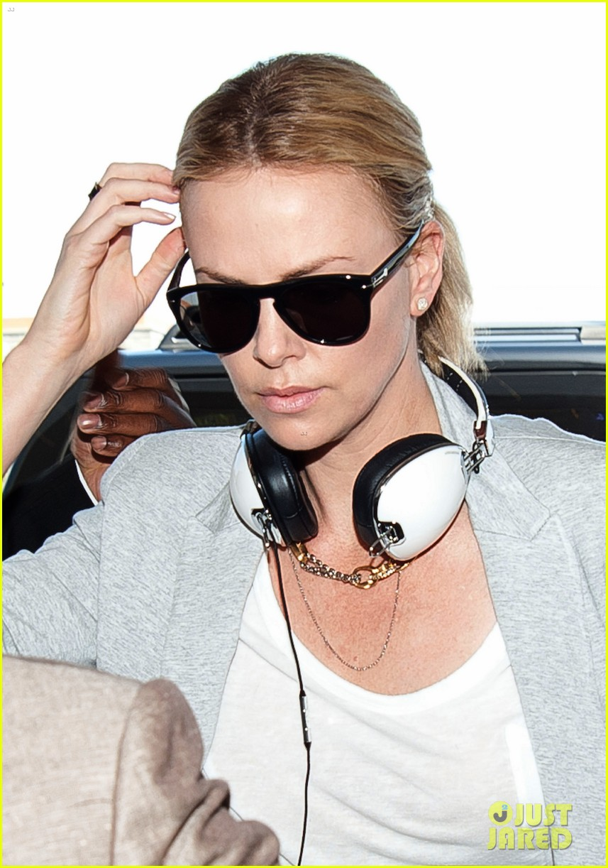 harlize theron catches flight 01