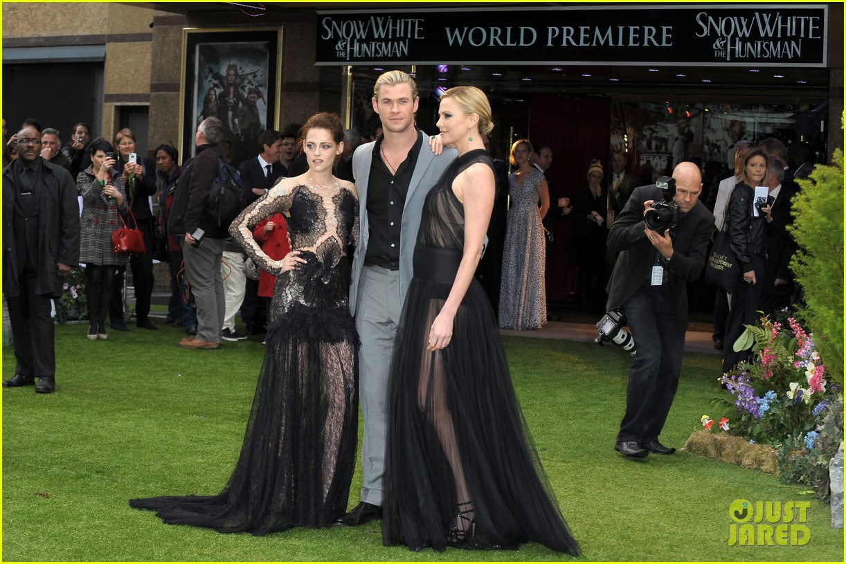 charlize theron kristen stewart snow white world premiere 19
