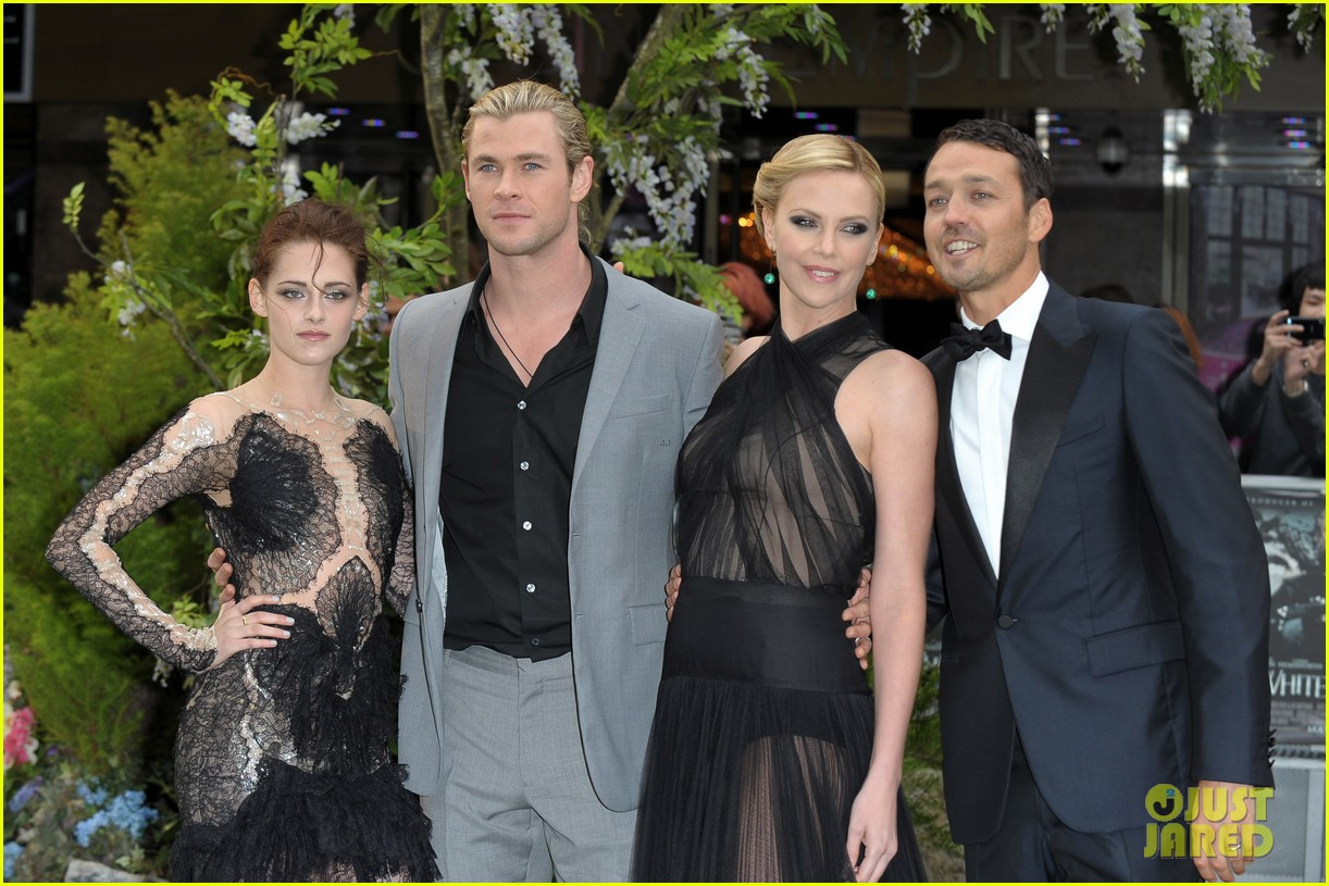 charlize theron kristen stewart snow white world premiere 21