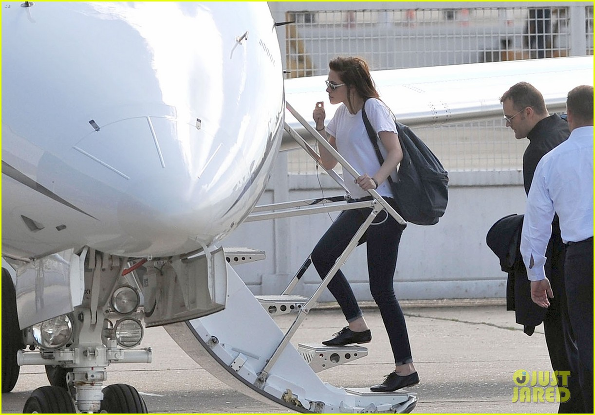 kristen stewart charlize theron private plane paris 022660046