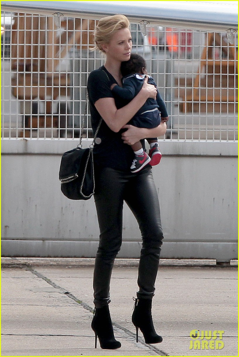 kristen stewart charlize theron private plane paris 032660047
