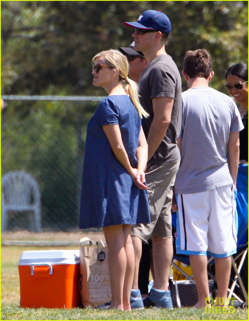 pregnant reese witherspoon cheers on deacon 13