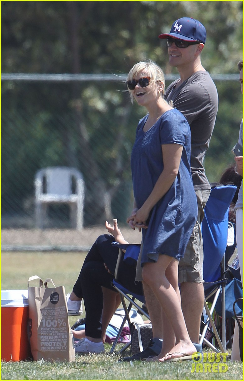 pregnant reese witherspoon cheers on deacon 16