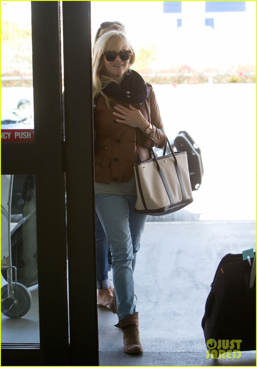 Reese Witherspoon Walks the Dogs Before Leaving L.A. Reese Witherspoon