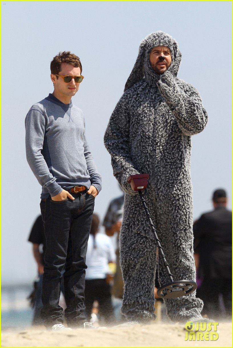 elijah wood wilfred at the beach 012659036