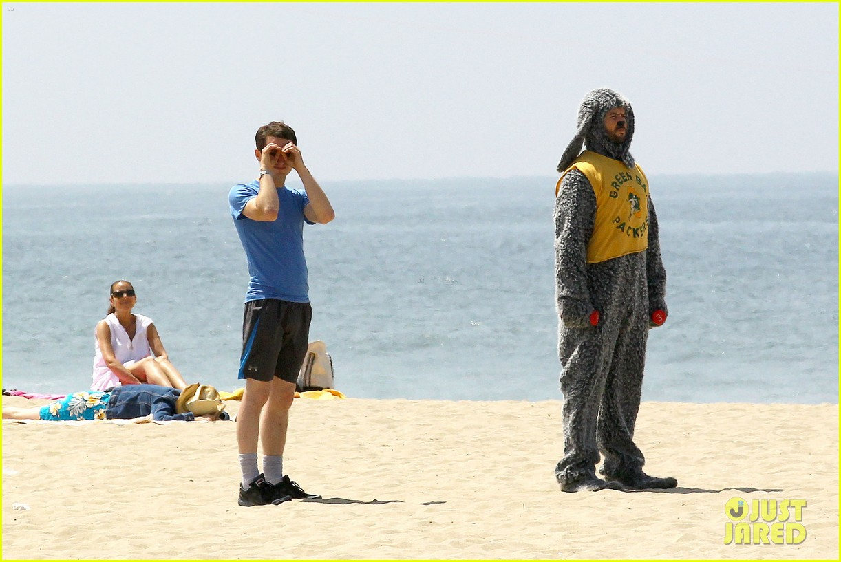 elijah wood wilfred at the beach 02