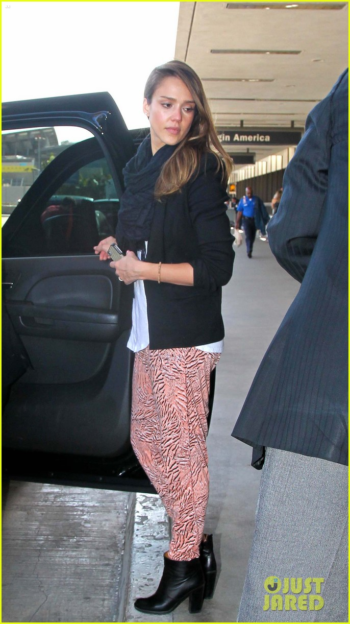 jessica alba airport with the girls 02