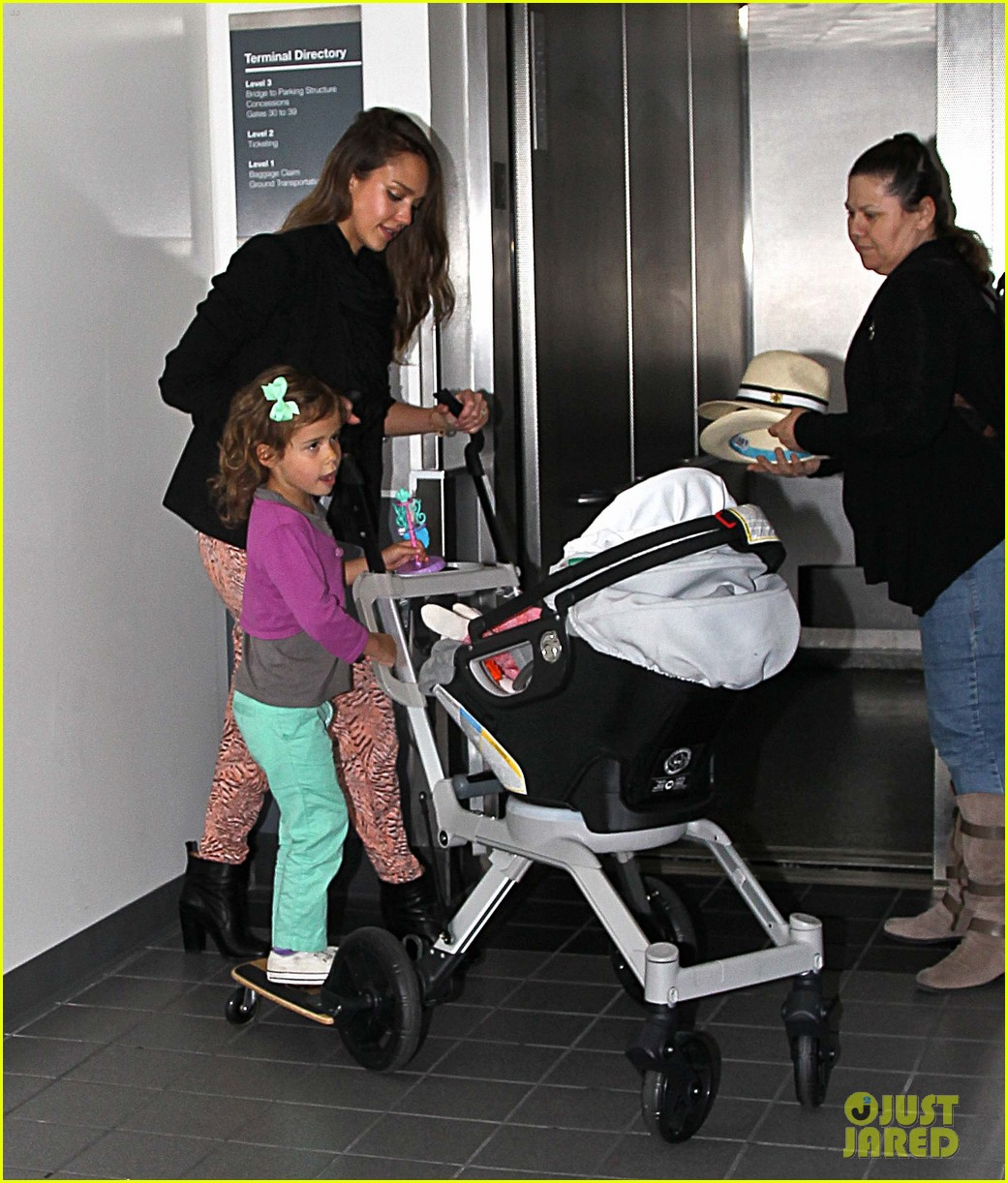 jessica alba airport with the girls 11