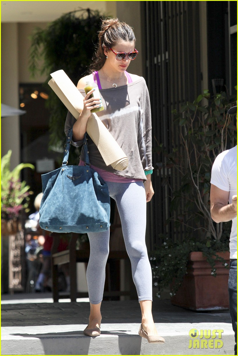 alessandra ambrosio leaving yoga 062679038