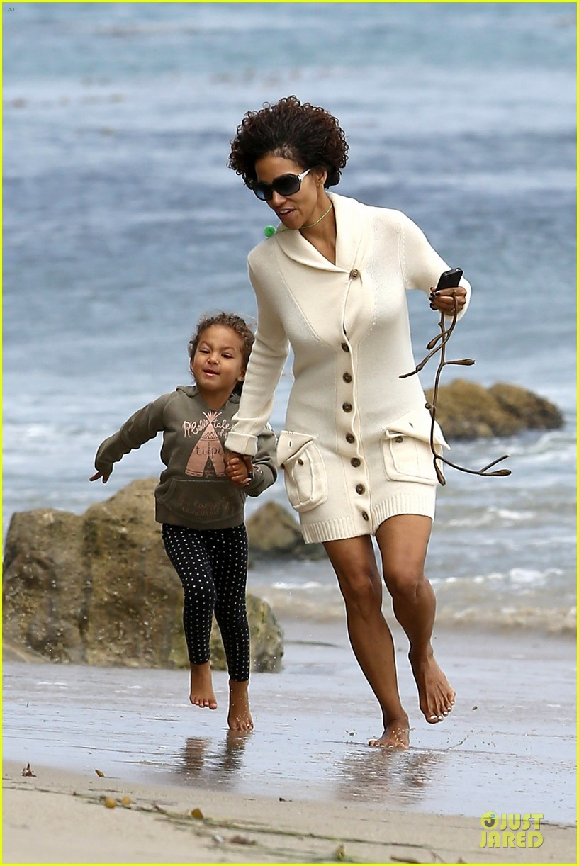 halle berry nahla beach 04