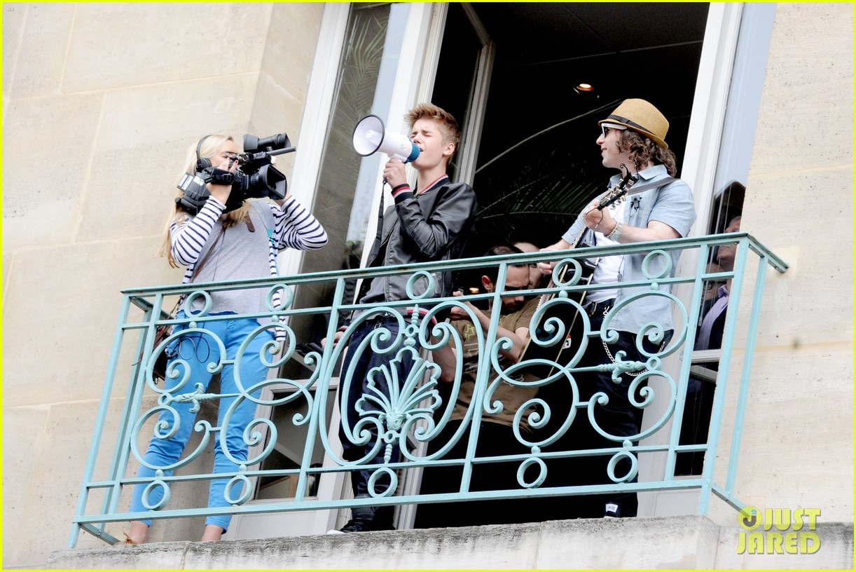 justin bieber paris megaphone concert 08