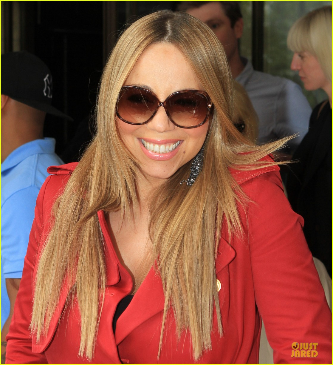 - mariah-carey-red-trench-coat-london-04