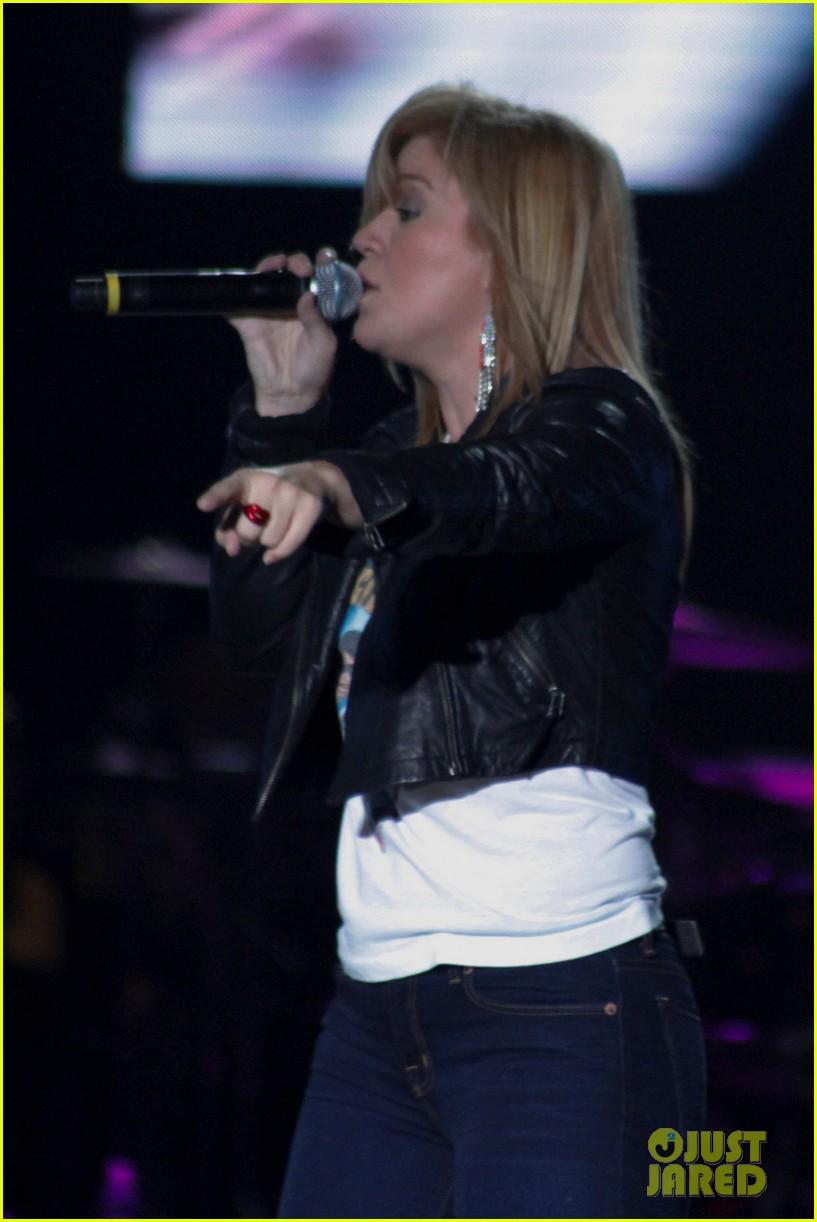 kelly clarkson pop music festival 12