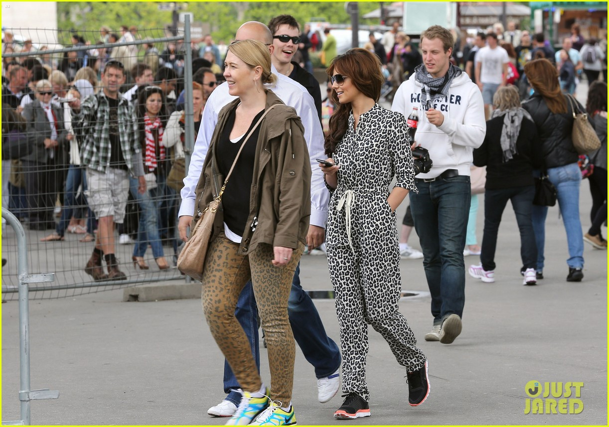 cheryl cole sightseeing in paris 07