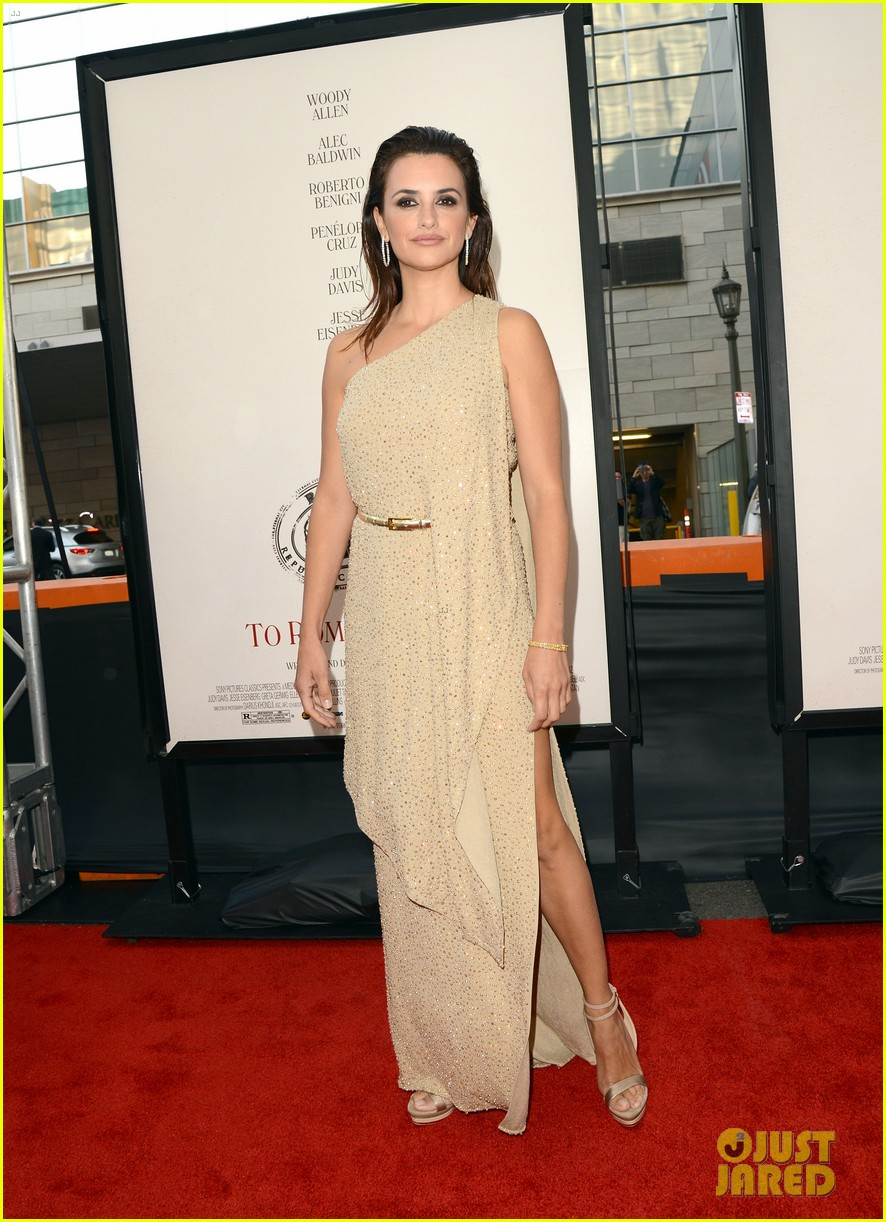 penelope cruz to rome with love l a premiere 17