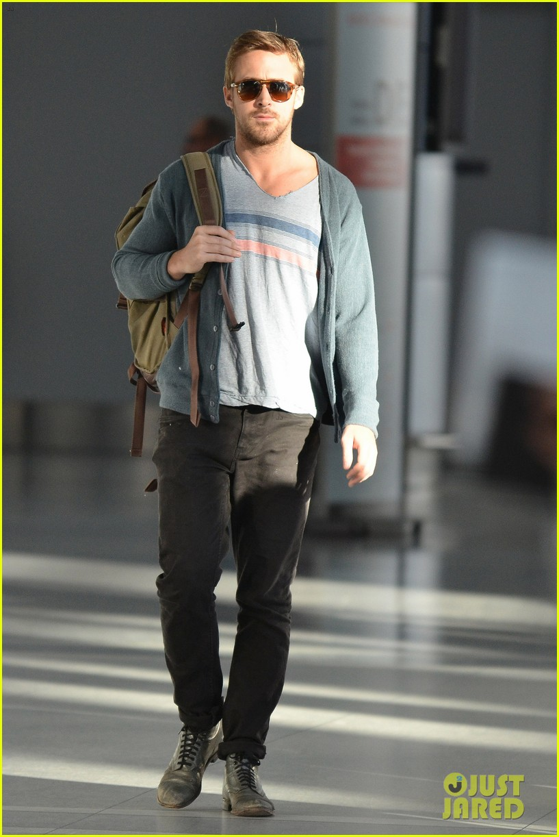 ryan gosling eva mendes canada airport 11