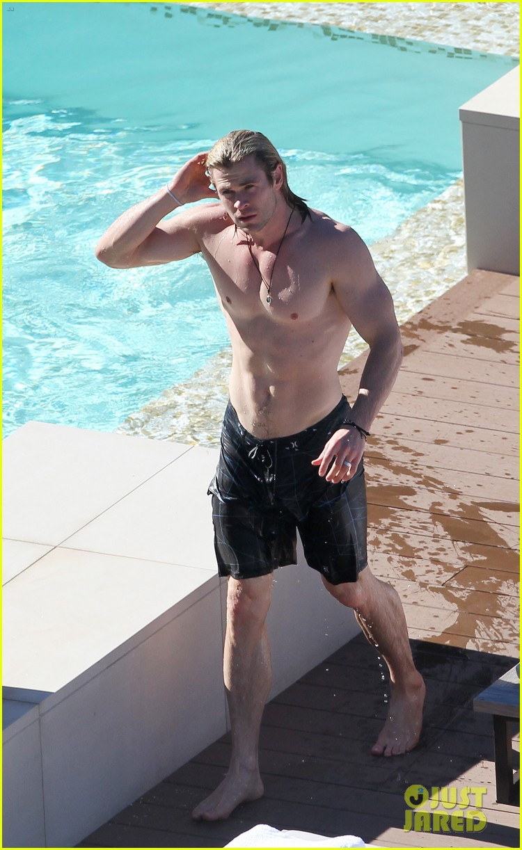 Chris hemsworth shirtless in sydney for Pool show sydney