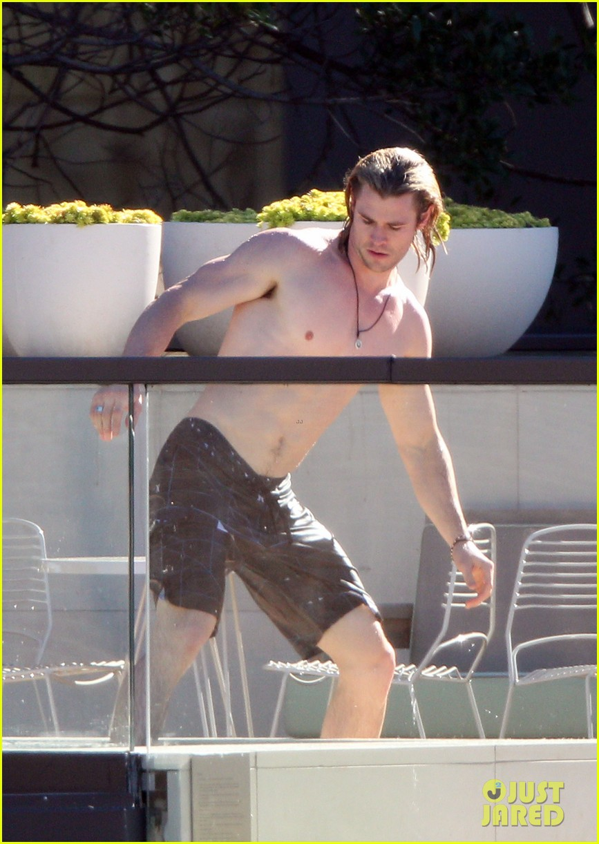 hemsworth pool shirtless 06