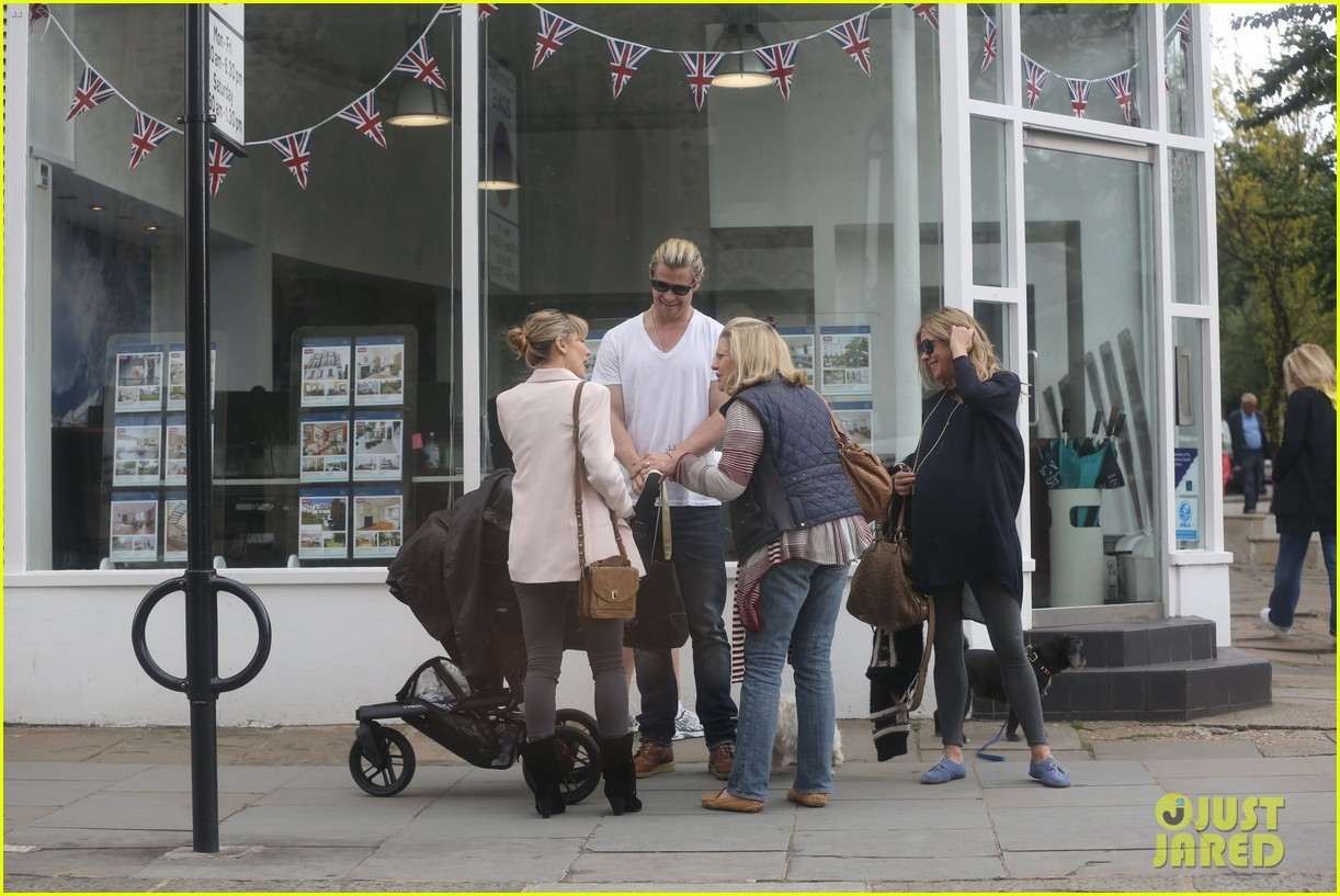 chris hemsworth bumps into pregnant sienna miller 12