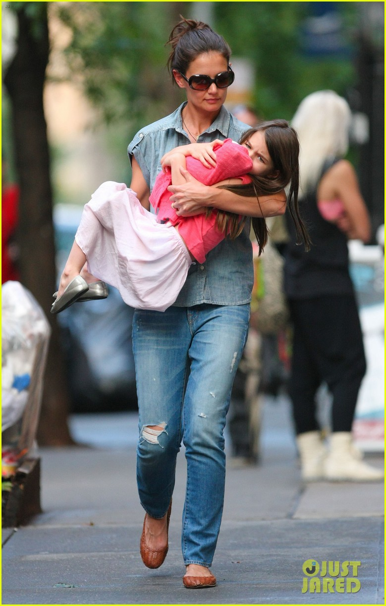 katie holmes suri monday afternoon stroll 092679481