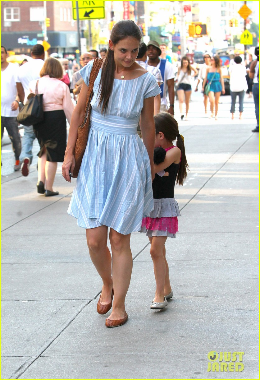 katie holmes suri whole foods shoppers 01