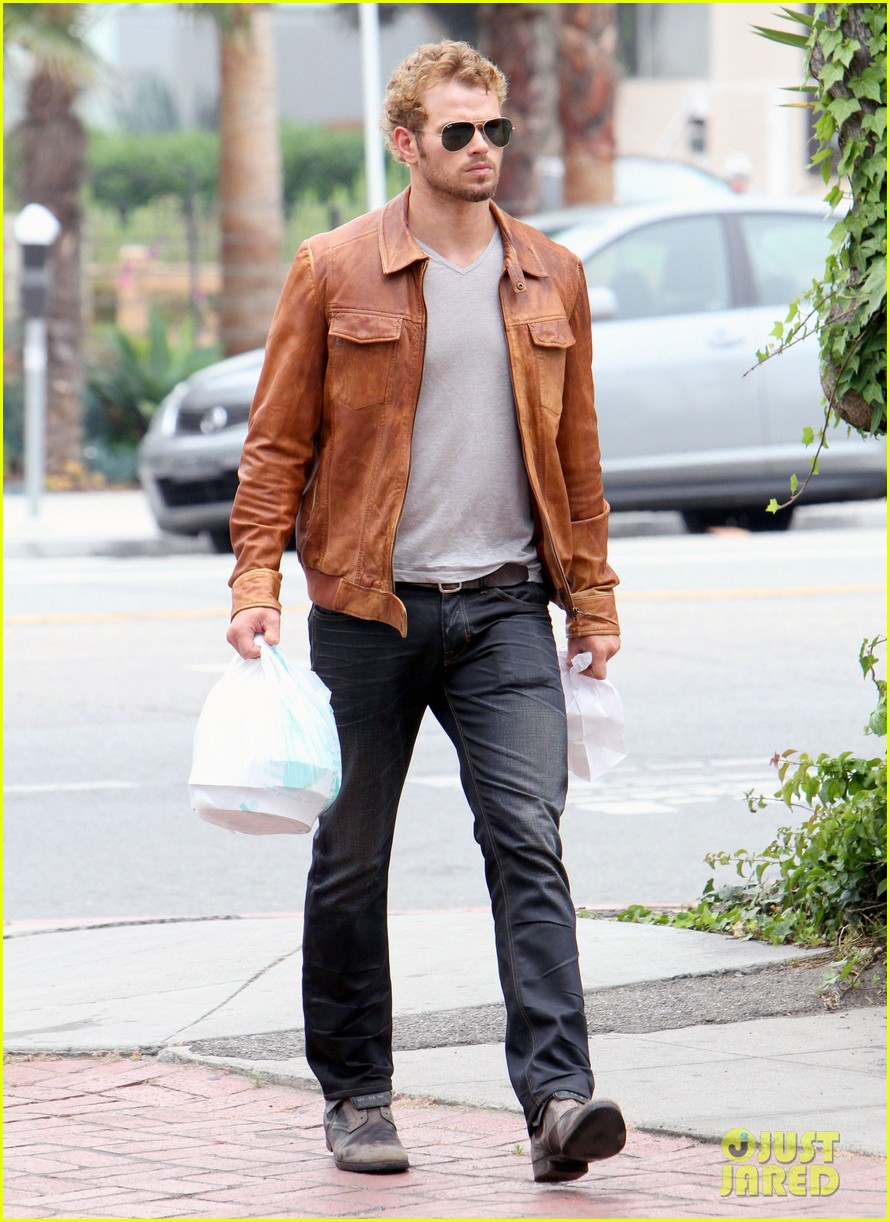 kellan lutz frustrated lunch bags 112680809