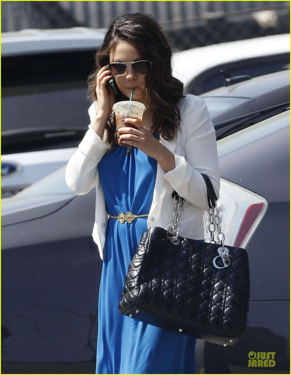 mila kunis iced coffee 04