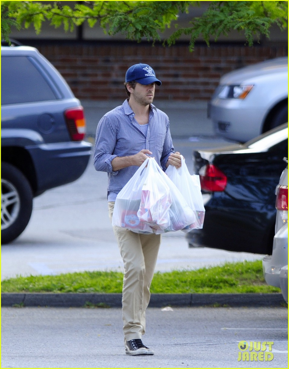 blake lively ryan reynolds grocery shopping couple 03
