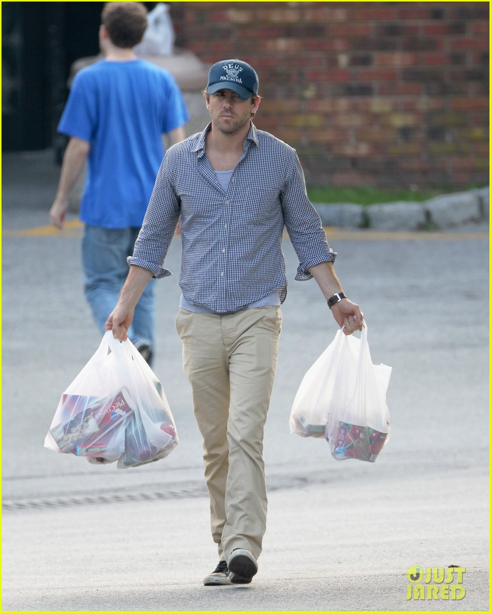 blake lively ryan reynolds grocery shopping couple 07